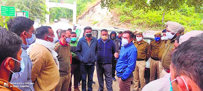 डीटीपी, वन विभाग की कार्रवाई का लोगों ने किया विरोध