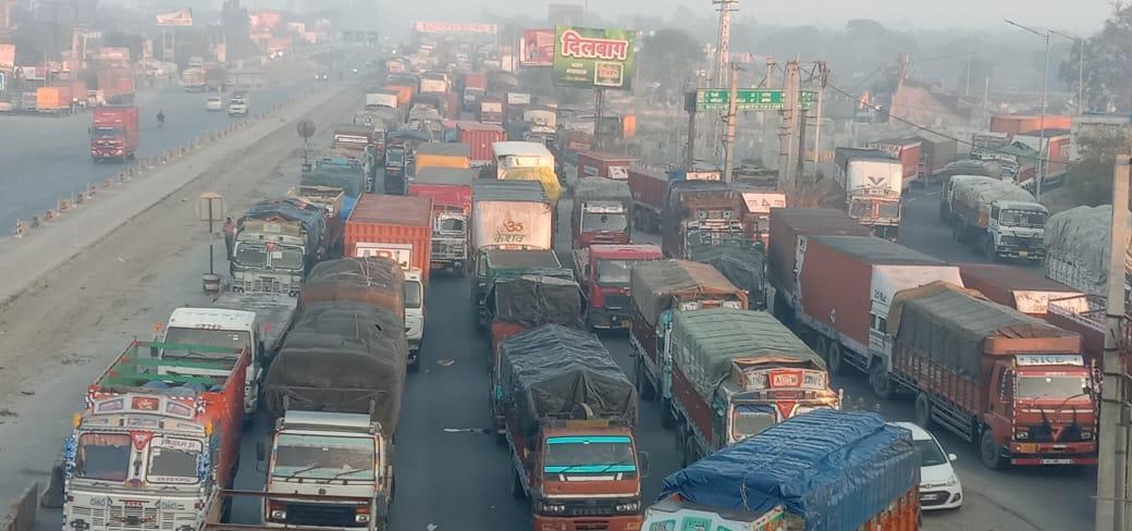 किसानों के ठहराव से जीटी रोड पर हालात खराब, कई वाहन फंसे; कुंडली बार्डर से बीसवां मील तक जाम!