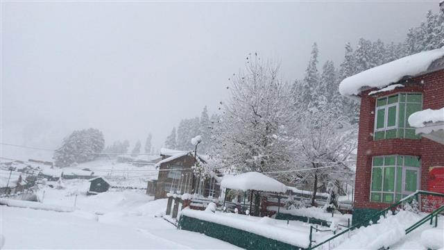 कश्मीर घाटी में सोमवार को मौसम की पहली बर्फबारी!