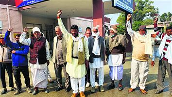 भाकियू नेताओं की रिहाई के लिए किसानों ने थाने के बाहर किया प्रदर्शन