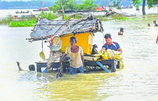 नेपाल ने छोड़ा लाखों क्यूसेक पानी, 5 दर्जन से ज्यादा गांवों में भारी तबाही