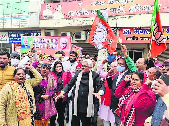 भाजपा ने कांग्रेस और भाकियू प्रदेशाध्यक्ष का फूंका पुतला