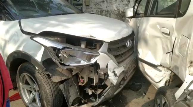 यमुनानगर में प्यारा चौक के निकट क्रेटा कार सवार ने कई गाड़ियों को मारी टक्कर