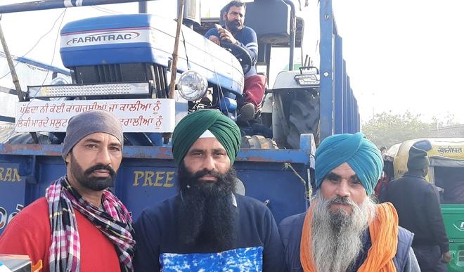 Khaskhabar/किसान आंदोलन:कृषि कानूनों को रद्द कराने के लिए दिल्ली की सीमाओं पर धरना दे रहे किसानों ने गणतंत्र दिवस पर ट्रैक्टर परेड की तैयारी शुरू कर दी है। पंजाब से किसान ट्रैक्टरों के साथ सिंघु बॉर्डर पर पहुंच रहे हैं। किसान ट्रैक्टर-ट्रॉली में 2-2 ट्रैक्टर लोड करके पहुंच रहे हैं। जालंधर के एक गांव से ट्रॉली में ट्रैक्टर