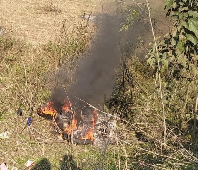 हमीरपुर : नौहंगी गांव के निकट ट्रक से टक्कर में बाइक सवार 2 युवकों की मौत; ट्रक पलटा, बाइक में लगी आग!