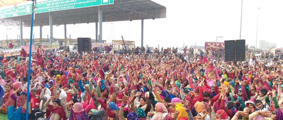 किसान आंदोलन : महिलाओं ने भिवानी के कितलाना टोल पर संभाली धरने की कमान, बोलीं-कंधे से कंधा मिलाकर लड़ेंगी लड़ाई!