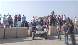 किसानों ने राजस्थान बॉर्डर से शांतिपूर्ण निकाली ट्रैक्टर परेड