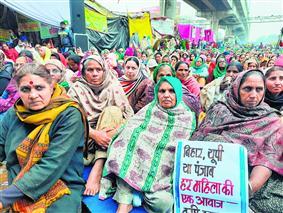 महिलाओं ने निकाला ट्रैक्टर मार्च, समर्थन में उतरे छात्र