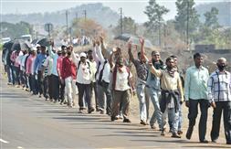 कृषि कानूनों के विरोध में मुंबई के लिए निकले हजारों किसान