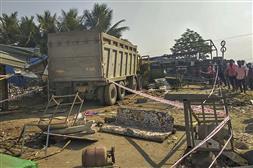 गुजरात : ट्रैक्टर से टकराने के बाद बेकाबू ट्रक ने 14 प्रवासी मजदूरों, एक बच्ची को रौंदा