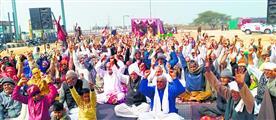 कितलाना टोल पर किसानों का अनिश्चितकालीन धरना जारी