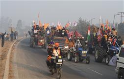सिंघु, टिकरी बॉर्डर पर अवरोधक तोड़कर दिल्ली में दाखिल हुए किसान, ट्रैक्टर परेड में कई झांकियां; बज रहे देशभक्ति के गीत!
