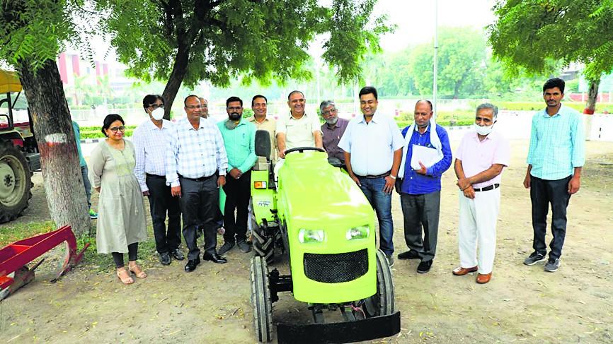 कृषि विश्वविद्यालय ने मैदान में उतारा ई-ट्रैक्टर, एक बार की चार्जिंग में चलेगा 80 किलोमीटर