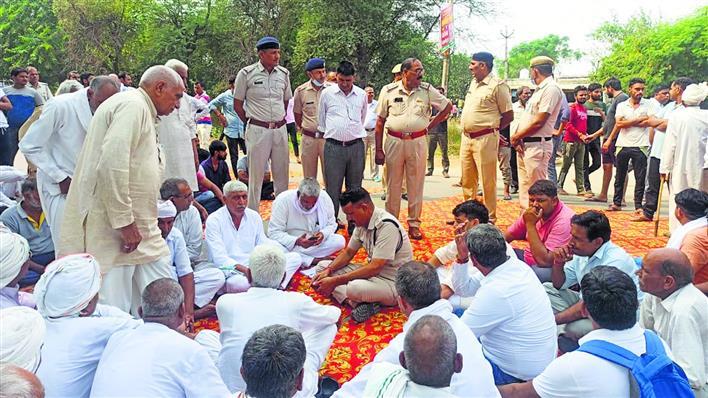 जनौला हत्याकांड : हत्यारों की गिरफ्तारी की मांग को लेकर ग्रामीणों ने लगाया जाम