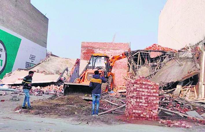 अवैध कालोनियों में इमारतें गिराने पर बवाल