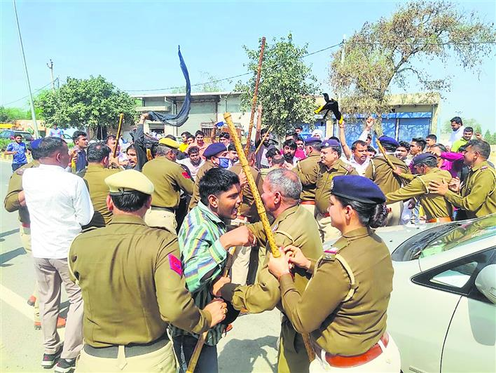 सांसद रामचंद्र जांगड़ा को कार्यक्रम में जाने से रोका, गाड़ी पर बरसाये मुक्के