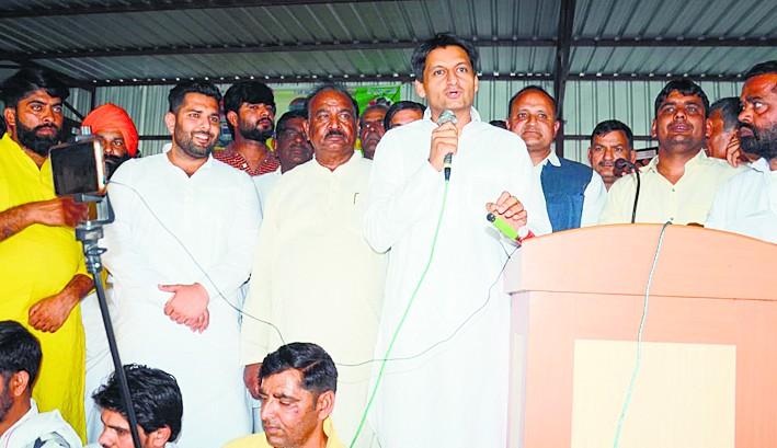 किसान को कंपनी निर्भर बनाना चाहती है केंद्र सरकार :दीपेंद्र