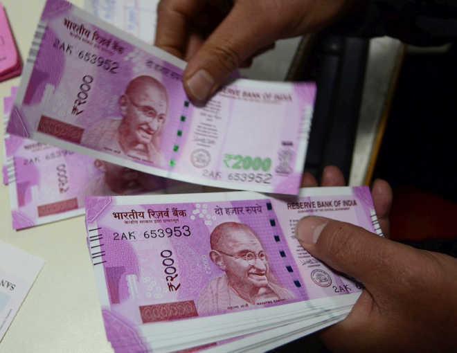 बैंक मैनेजर के घर में नोटों की 'वर्षा'