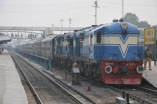 रेलवे स्टेशन पर सफाईकर्मी ने शौचालय के नल से पेयजल टंकी में भरा पानी, स्टेशन मास्टर निलंबित
