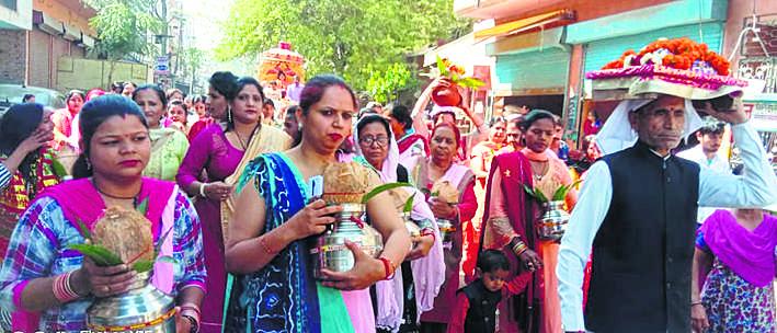 गाजे-बाजे से निकाली कलश शोभायात्रा