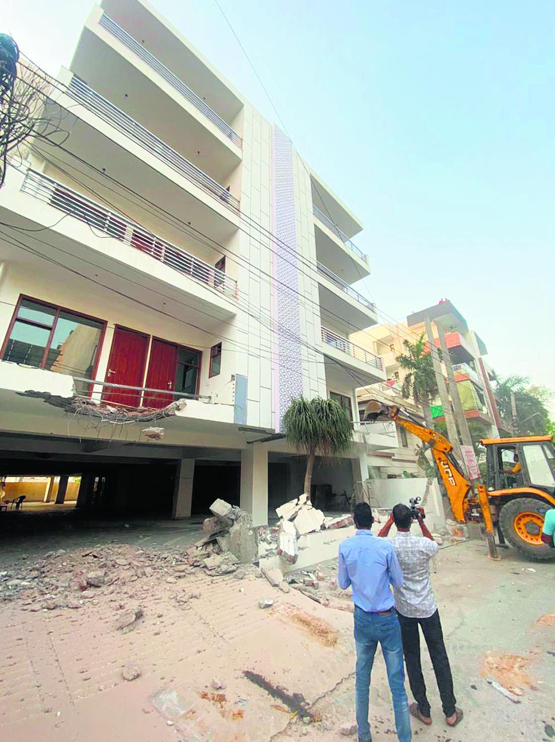 नहीं ली बिल्डिंग की कंप्लीशन, निगम की सांकेतिक कार्रवाई