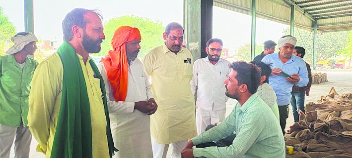 मंडियों का दौरा कर किसानों की जानी समस्यायें