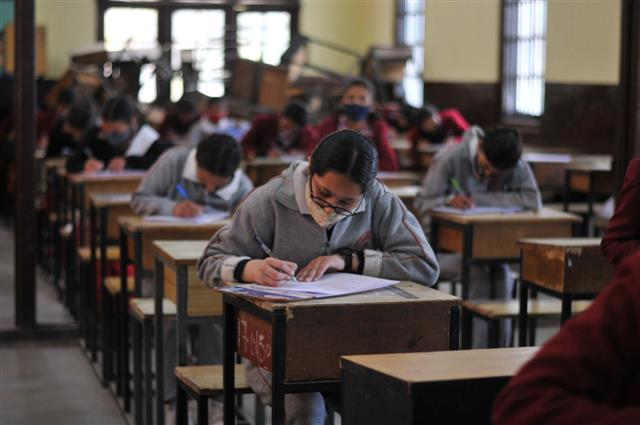 सीबीएसई की 10वीं की परीक्षा रद्द, 12वीं की परीक्षा स्थगित