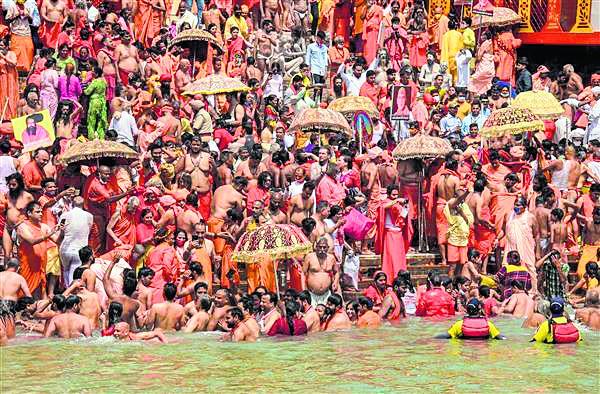 निरंजनी की कुंभ समापन की घोषणा का विरोध