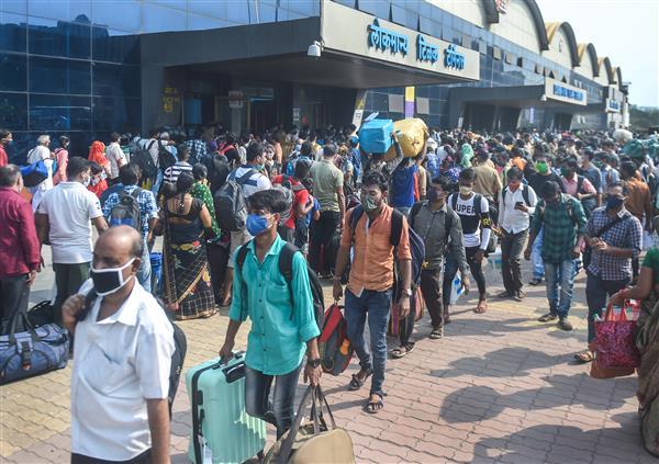 कोरोना : महाराष्ट्र में 15 दिन की पाबंदियों के बाद मुंबई में रेलवे स्टेशन पर यात्रियों की भारी भीड़