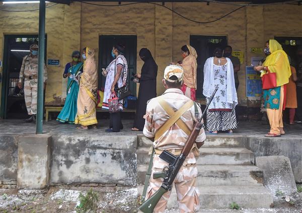 बंगाल चुनाव : मतदान के दौरान चली गोलियां, 5 लोगों की मौत, 3 बजे तक 66.76 प्रतिशत वोटिंग