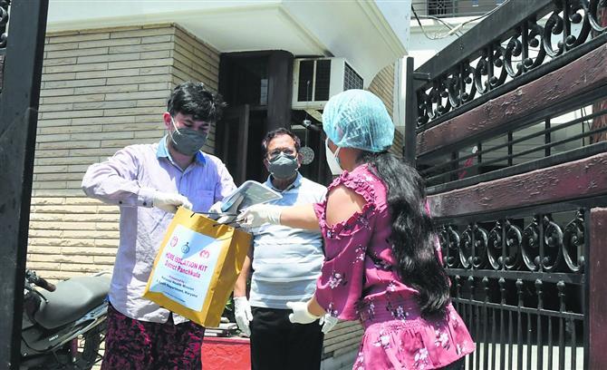 होम आइसोलेशन रोगियों को दी जा रही किट