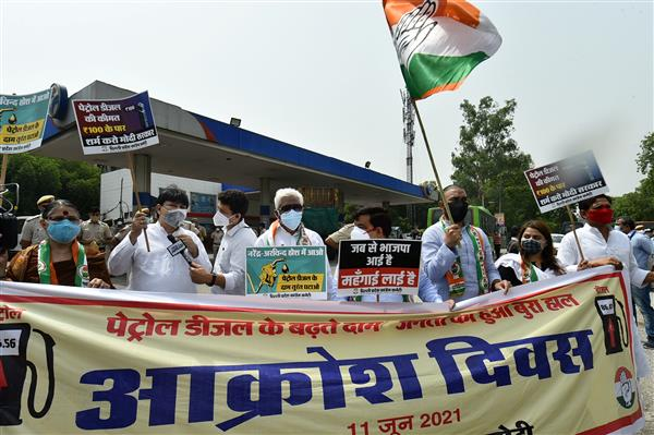 पेट्रोल-डीजल की बढ़ी हुई कीमतों के खिलाफ कांग्रेस ने देशभर में किया रोष प्रदर्शन