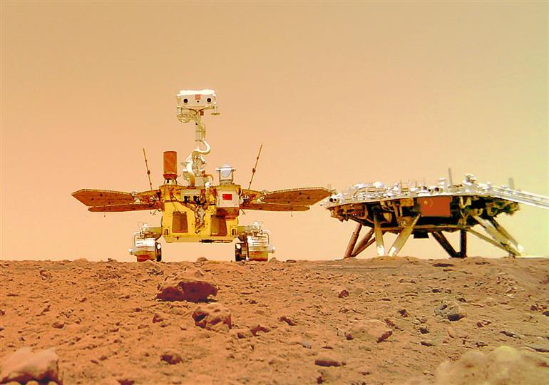मंगल की धूल भरी चट्टानी सतह पर दिखा चीनी रोवर, चीन राष्ट्रीय अंतरिक्ष प्रशासन ने जारी की तसवीरें