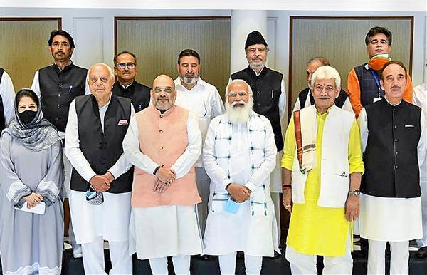 जम्मू-कश्मीर : भावी रणनीति को लेकर प्रधानमंत्री मोदी ने की केंद्र शासित प्रदेश के 14 नेताओं के साथ बैठक