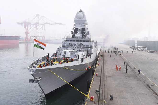 रक्षा मंत्री राजनाथ सिंह कारवार, कोच्चि में प्रमुख नौसैन्य अड्डों के दौरे पर