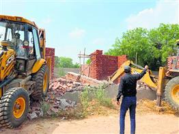 भोंडसी में बिना मंजूरी बने रोड नेटवर्क को तोड़ा
