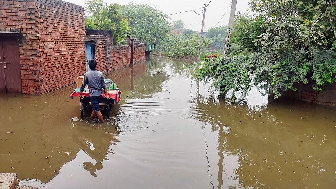 कैसे निकालें पानी पेट्रोल पंप मालिकों ने उधार देने से किया इनकार!