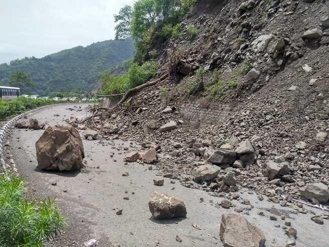 सिक्किम के प्रमुख राजमार्ग पर भारी बारिश से भूस्खलन, यातायात जाम