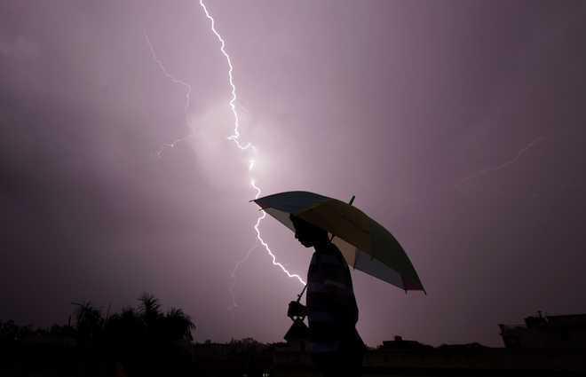 उत्तर प्रदेश में आकाशीय बिजली की चपेट में आने से 38 लोगों की मौत