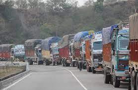 भारी बारिश के बाद भूस्खलन के कारण जम्मू-कश्मीर राष्ट्रीय राजमार्ग बंद