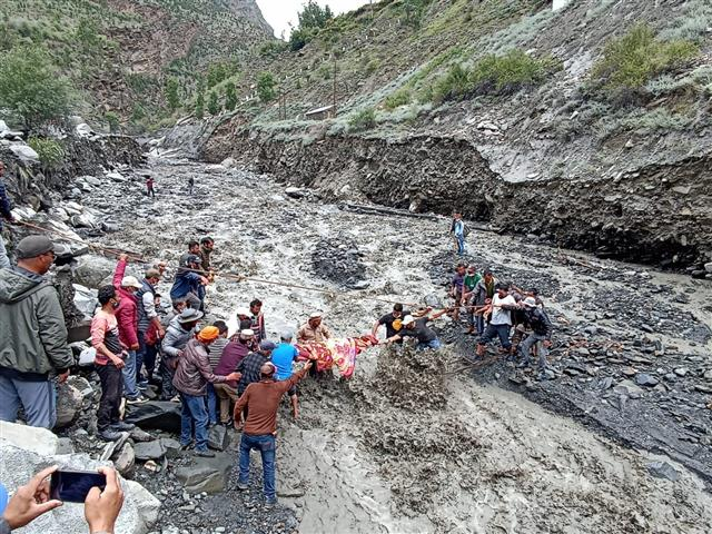 भारी भूस्खलन से शिलाई-पांवटा एनएच बंद, लाहौल स्पिति के उदयपुर में फंसे 221 पर्यटक