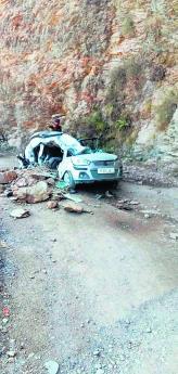कार पर गिरा पत्थर, छत काटकर निकाला चालक