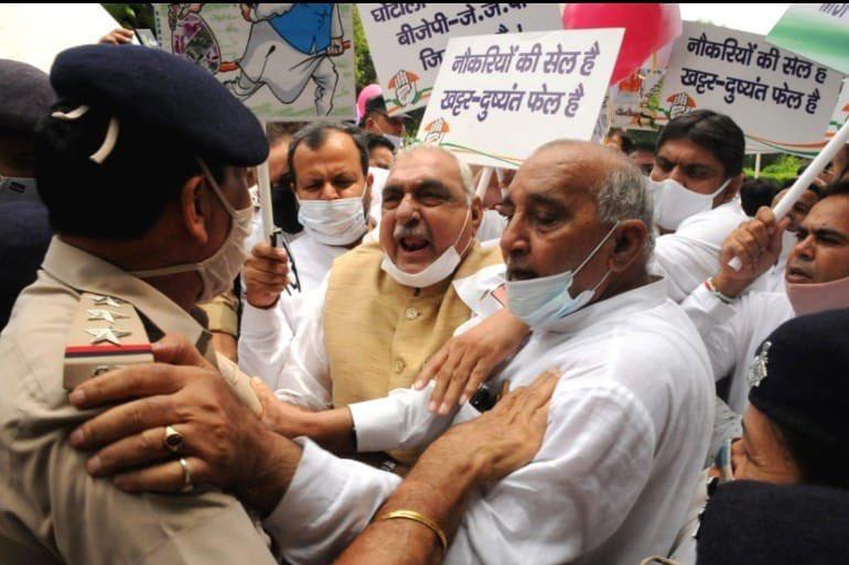 चंडीगढ़ : पेपर लीक व किसान आंदोलन को लेकर कांग्रेस का पैदल मार्च, हाईकोर्ट चौक पर पुलिस से कहासुनी, हुड्डा ने जताया रोष