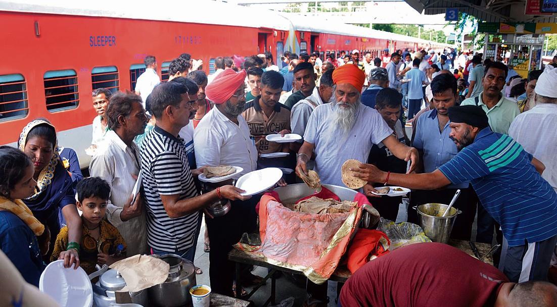 करनाल में दिनभर फंसे रहे स्वराज एक्सप्रेस के यात्री