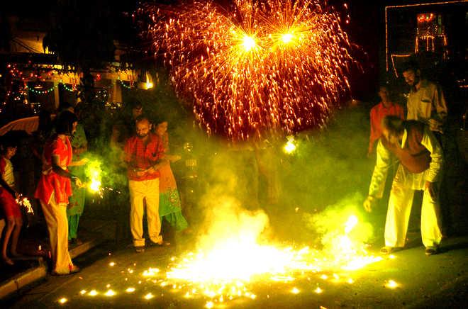 इस बार भी दिवाली पर दिल्ली में नहीं फूटेंगे पटाखे, केजरीवाल ने प्रदूषण का हवाला देकर लगायी रोक