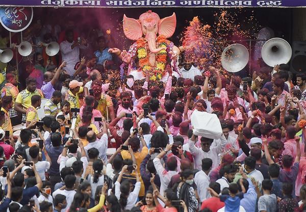 मुंबई वालों ने की गणपति की विदाई, रविवार को 400 से ज्यादा प्रतिमाओं का विसर्जन