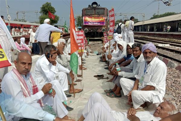 भारत बंद : किसानों ने पंजाब, हरियाणा में कई स्थानों पर राजमार्ग किया जाम