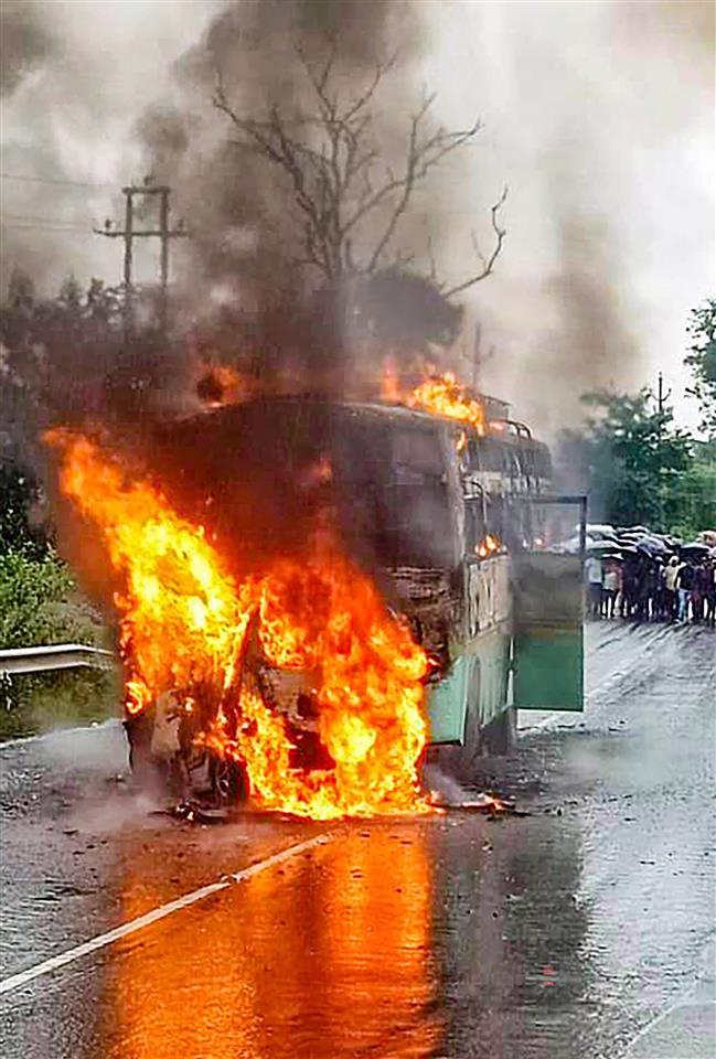 झारखंड के रामगढ़ में बस से टक्कर के बाद कार में आग, 5 लोग जिंदा जले